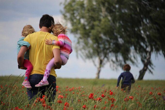 ojciec wraz z dziećmi